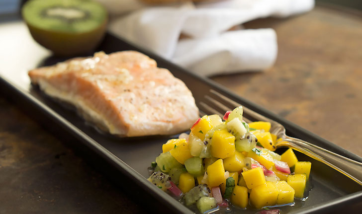 Marinierter Lachs mit Kiwi-Mango-Salsa